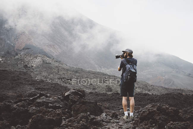 Young man photographing the Pacaya volcano, Antigua, Guatemala — Stock Photo