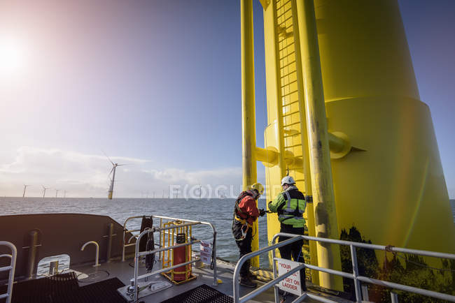Ingenieure erklimmen Windkraftanlage im Offshore-Windpark — Stockfoto