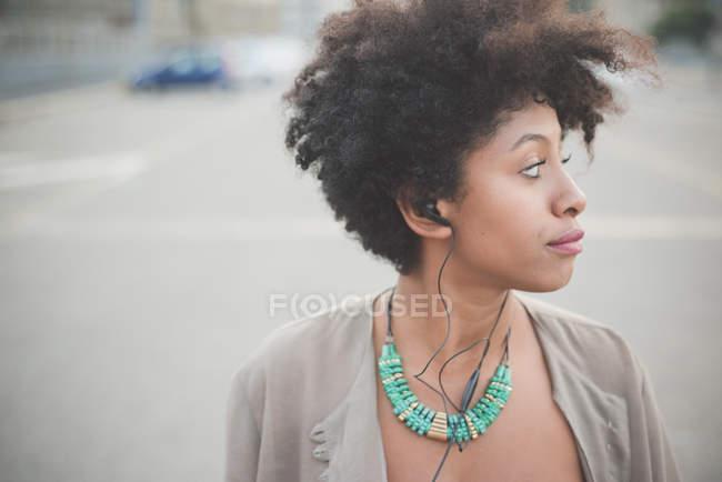 Retrato de mujer joven en el estacionamiento de la ciudad - foto de stock