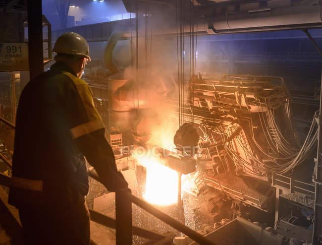 Travailleur de l'acier inspectant coulée en acier fondu — Photo de stock