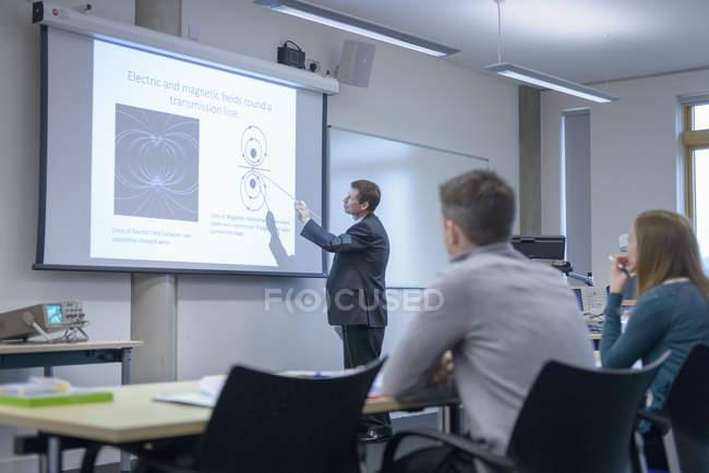 Лектор звертається до слухачів на семінарі лекції — стокове фото