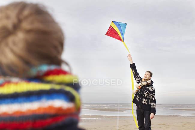 Взрослый мужчина и сын с воздушным змеем на пляже, Блумендал-ан-Зи, Нидерланды — стоковое фото