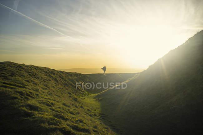 Silhouette de la personne debout soleil éclairé Malvern Hills — Photo de stock