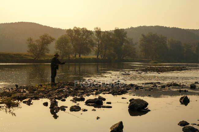 Средний взрослый мужчина, рыбалка в озеро, деревня Sarsy, Свердловская область, Россия — стоковое фото