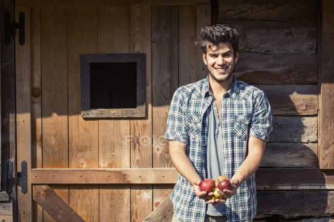 Porträt eines jungen männlichen Bauern mit Äpfeln, Äpfeln, Äpfeln, Verbania, Piemont, Italien — Stockfoto