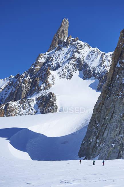Далеких зору три лижників на гірський масив Монблан, Грайські Альпи, Франції — стокове фото
