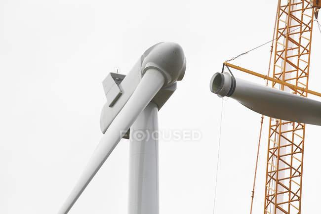 Низький кут зору вітрових турбін зводять на небо — стокове фото