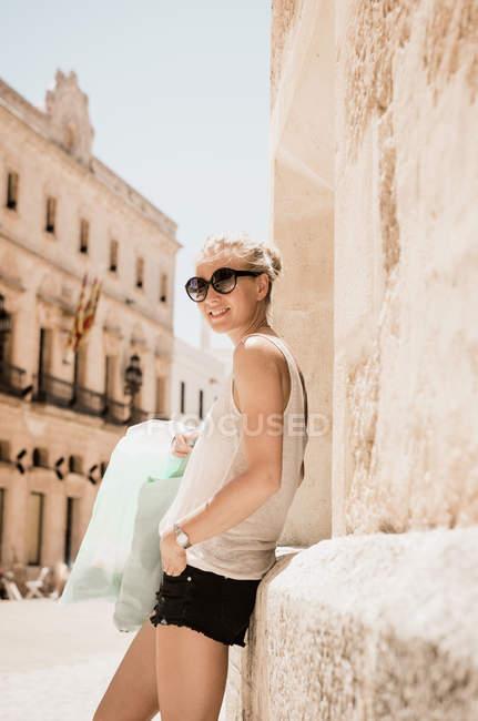 Жіночий туристичних її до стіни в Сьютаделла Менорка, Іспанія — стокове фото