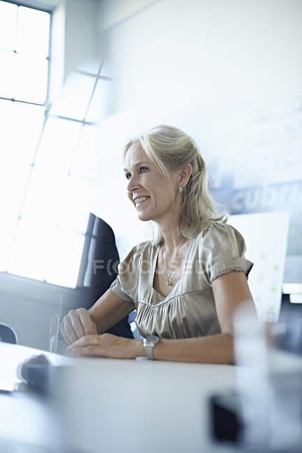 Деловая женщина за столом для конференций в офисе — стоковое фото