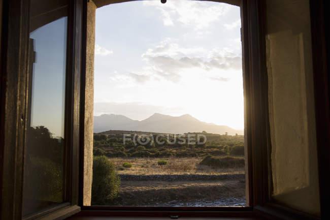 Offenen Fenster mit Blick auf ländliche Landschaft bei Dämmerung, Calvi, Korsika, Frankreich — Stockfoto