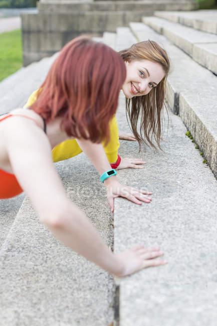 Молоді жінки робити віджимання на дії. — стокове фото
