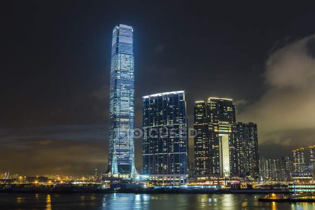 Спостерігаючи видом на горизонт, освітлені вночі, Гонконг, Китай — стокове фото