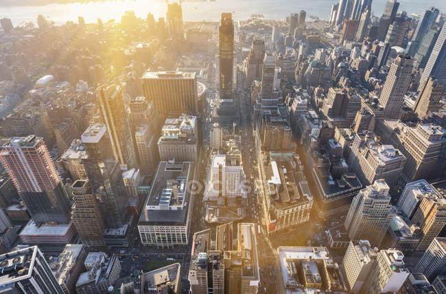 Paysage urbain en angle élevé du centre-ville de Manhattan vers Hudson River, New York, USA — Photo de stock