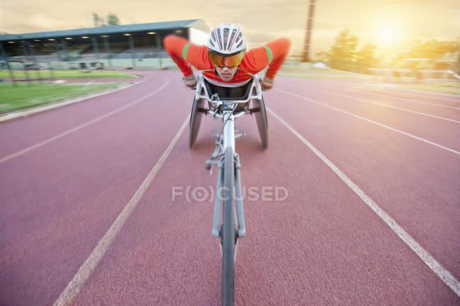 Спортсмен на соревнованиях по паралегкой атлетике на стадионе — стоковое фото