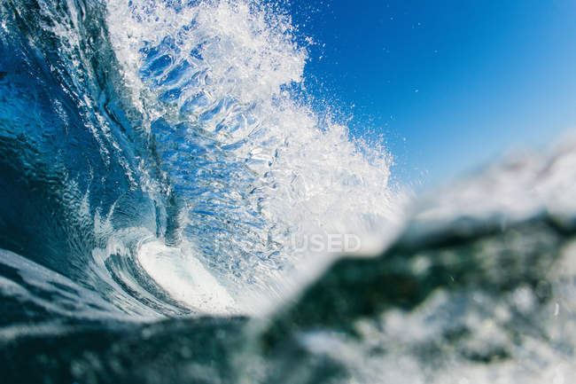Amazing close-up view of barreling wave and blue sky — Stock Photo