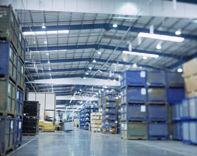 Подання великий склад у автомобільного заводу з переміщенням навантажувач — стокове фото