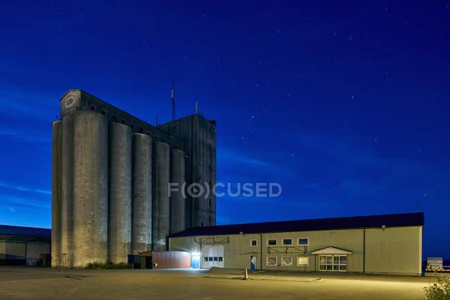 Промислових будівель і зоряне небо вночі — стокове фото