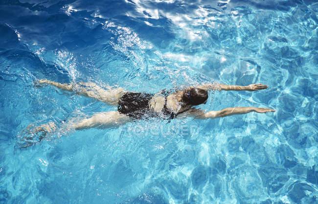 Draufsicht der Reife Frau Schwimmen im Schwimmbad — Stockfoto