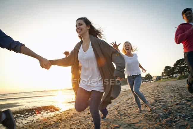 Группа друзей, веселящихся на пляже — стоковое фото