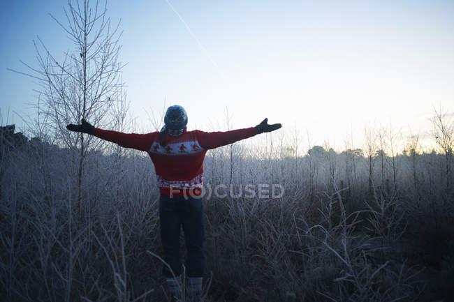 Людина з руки відкривати в сонячної сільських зимова сцена — стокове фото