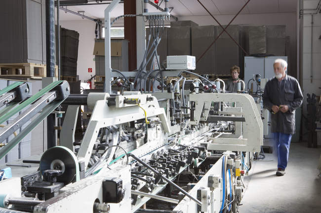 Fabrikarbeiter maschinell in Kartonfabrik — Stockfoto