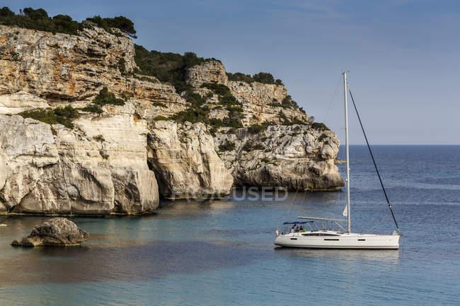 Blick auf das in Cala Macarella, Menorca, Spanien festgemachte Segelboot — Stockfoto