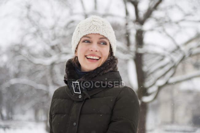 Портрет середині дорослу жінку в снігу покриті сільських сцени — стокове фото