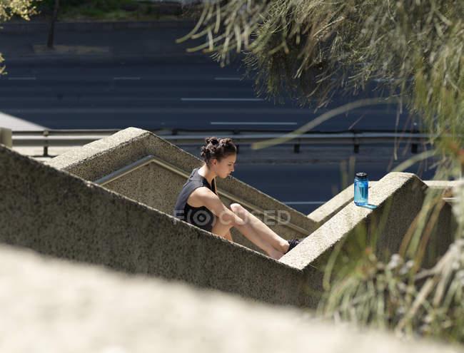Молода жінка розтягування по сходах — стокове фото