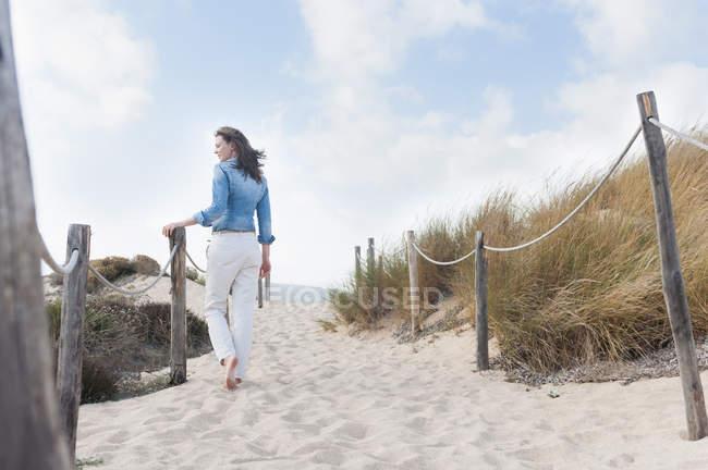 Ansicht von hinten Mitte erwachsenen Frau spazieren am Seil eingezäunten Weg, Sardinien, Italien — Stockfoto