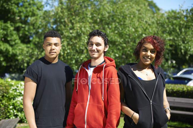 Портрет трех друзей из колледжа за пределами колледжа — стоковое фото