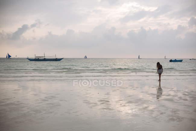 Silhouette junge Frau am weißen Strand, Boracay-Insel, Visayas, Philippinen — Stockfoto