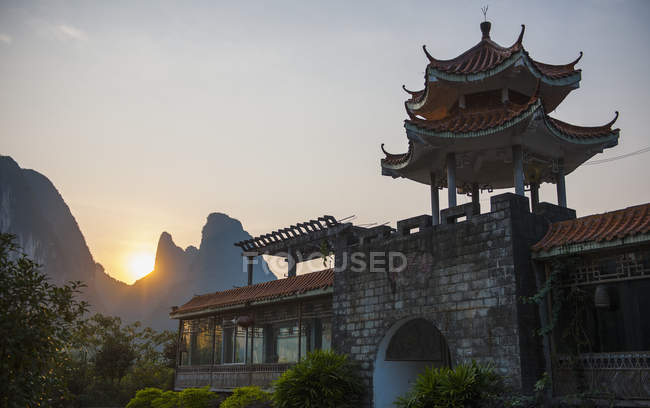 Силуетними пагода на заході сонця, Yangshuo, Гуансі-Чжуанський, Китай — стокове фото