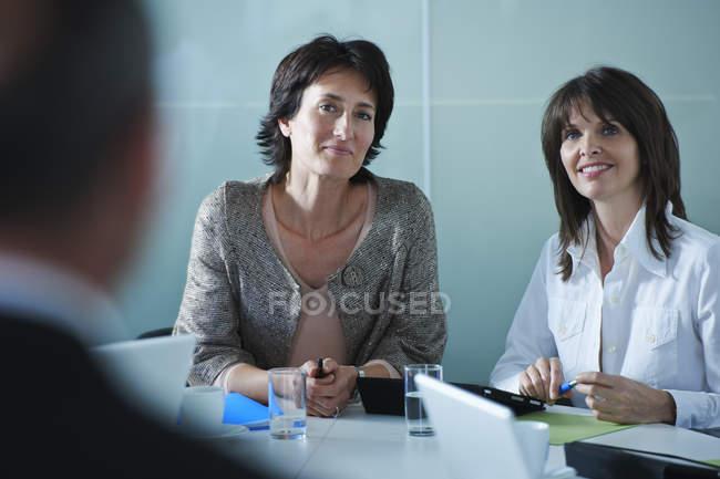 Бизнес-леди интервью кандидата в офисе — стоковое фото