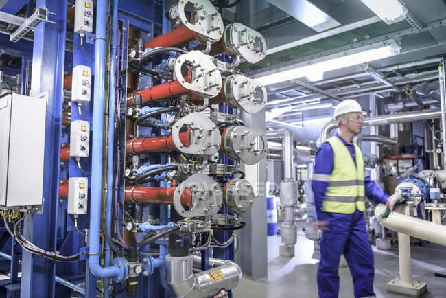 Arbeiter in Ölmischfabrik — Stockfoto