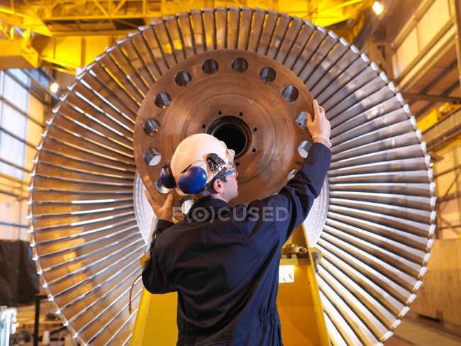 Ingénieur Inspection de la turbine à l'usine — Photo de stock