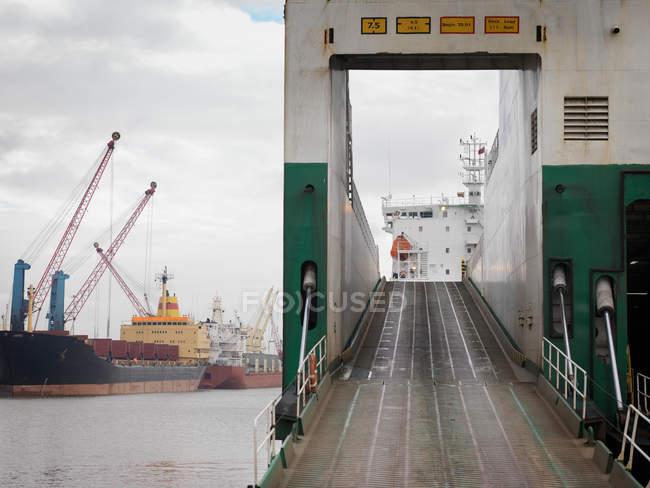 Рамп на корабль в порту — стоковое фото