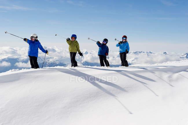 Дети играют с лыжными палками в снегу — стоковое фото