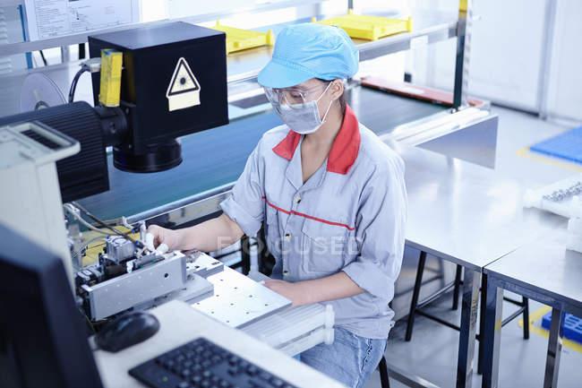 Worker at e-cigarettes battery factory, Guangdong, China — Stock Photo