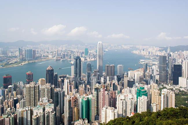 Хмарочоси та Вікторія гавані Гонконг — стокове фото