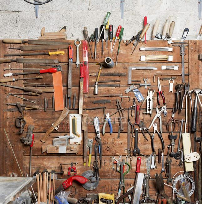 Intérieur d'un atelier. Outils accrochent sur un mur — Photo de stock