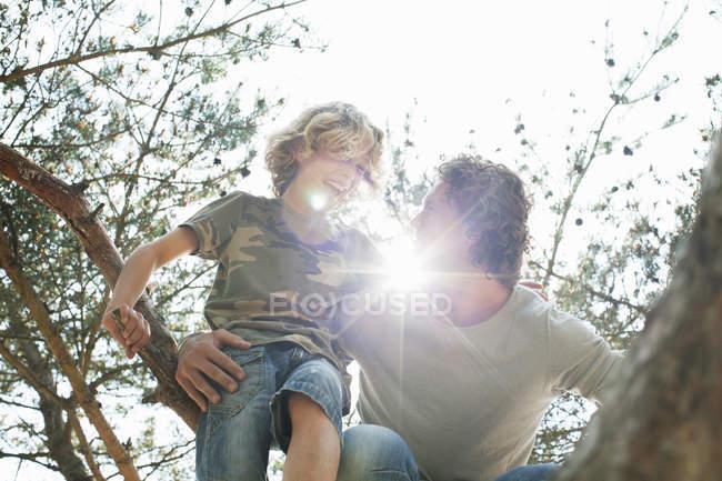 Vater und Sohn klettern auf Baum — Stockfoto