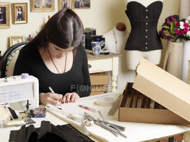 Produttore di corsetti di lavoro, messa a fuoco selettiva — Foto stock