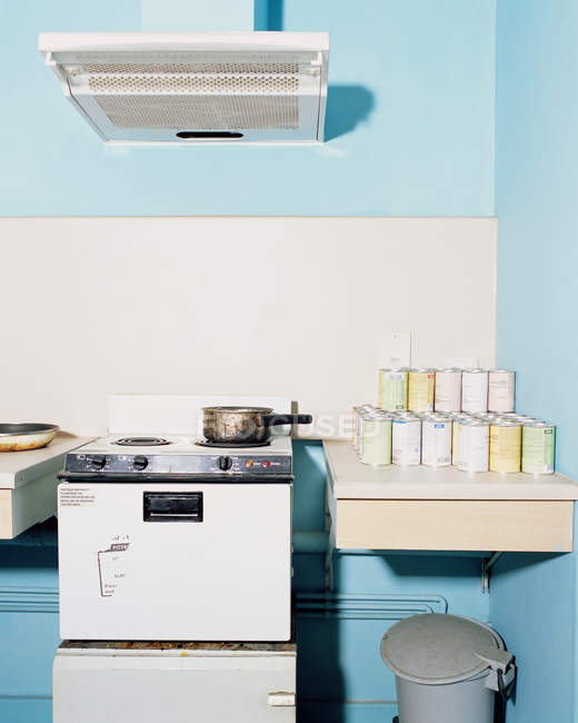 Соус каструлю на електроплита, старі кухонного інтер'єру — стокове фото