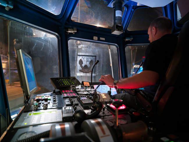 Капітан буксира, сидячи на мосту з Стерном російського корабля