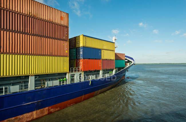 Контейнерный корабль, плывущий в гавань — стоковое фото