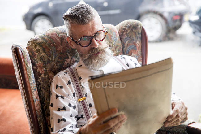 Vintage de lecture senior homme magazine dans le salon de thé — Photo de stock