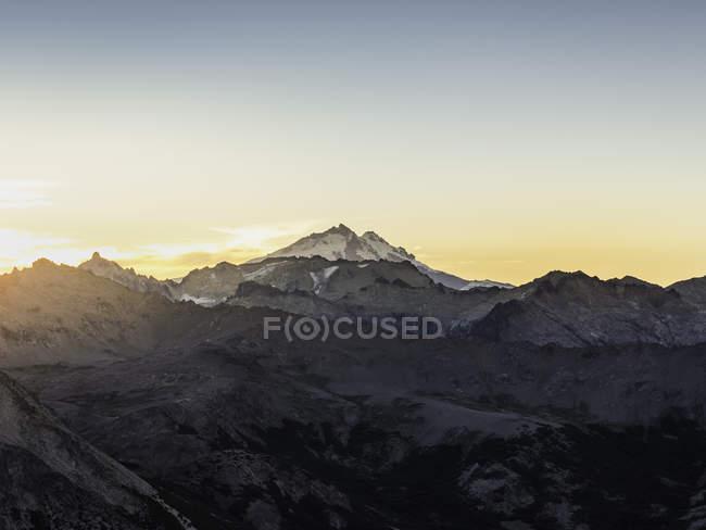 Vista do Monte Tronador, na Cordilheira dos Andes, ao pôr do sol, Parque Nacional Nahuel Huapi, Rio Negro, Argentina — Fotografia de Stock