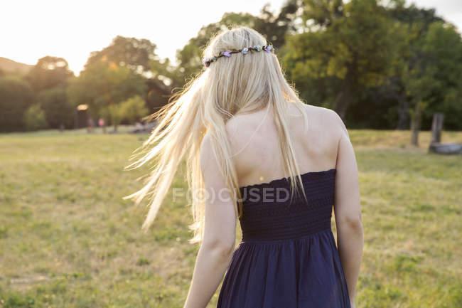 Vista posteriore della donna bionda in campo — Foto stock
