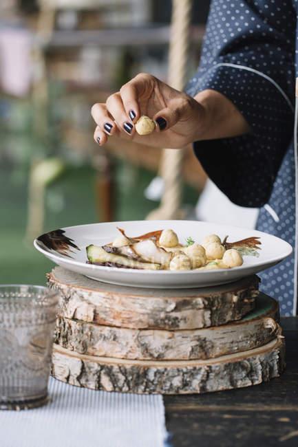 Piatto vegetariano che prepara donna — Foto stock