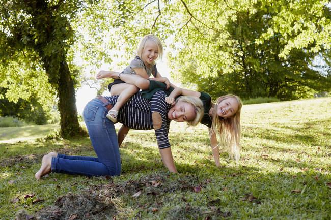 Матері і дочки, насолоджуючись парк — стокове фото